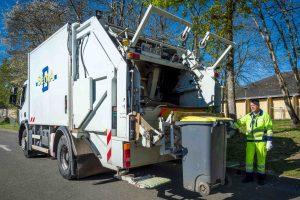 Collecte d'un bac emballages en porte-à-porte avec un camion-benne © Christophe GAGNEUX - PIXIM Communication