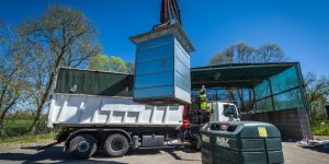 Collecte d'une colonne enterée papiers avec un camion-grue © Christophe GAGNEUX - PIXIM Communication